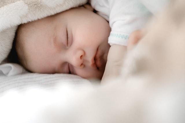 baby dreht sich im schlaf auf die seite